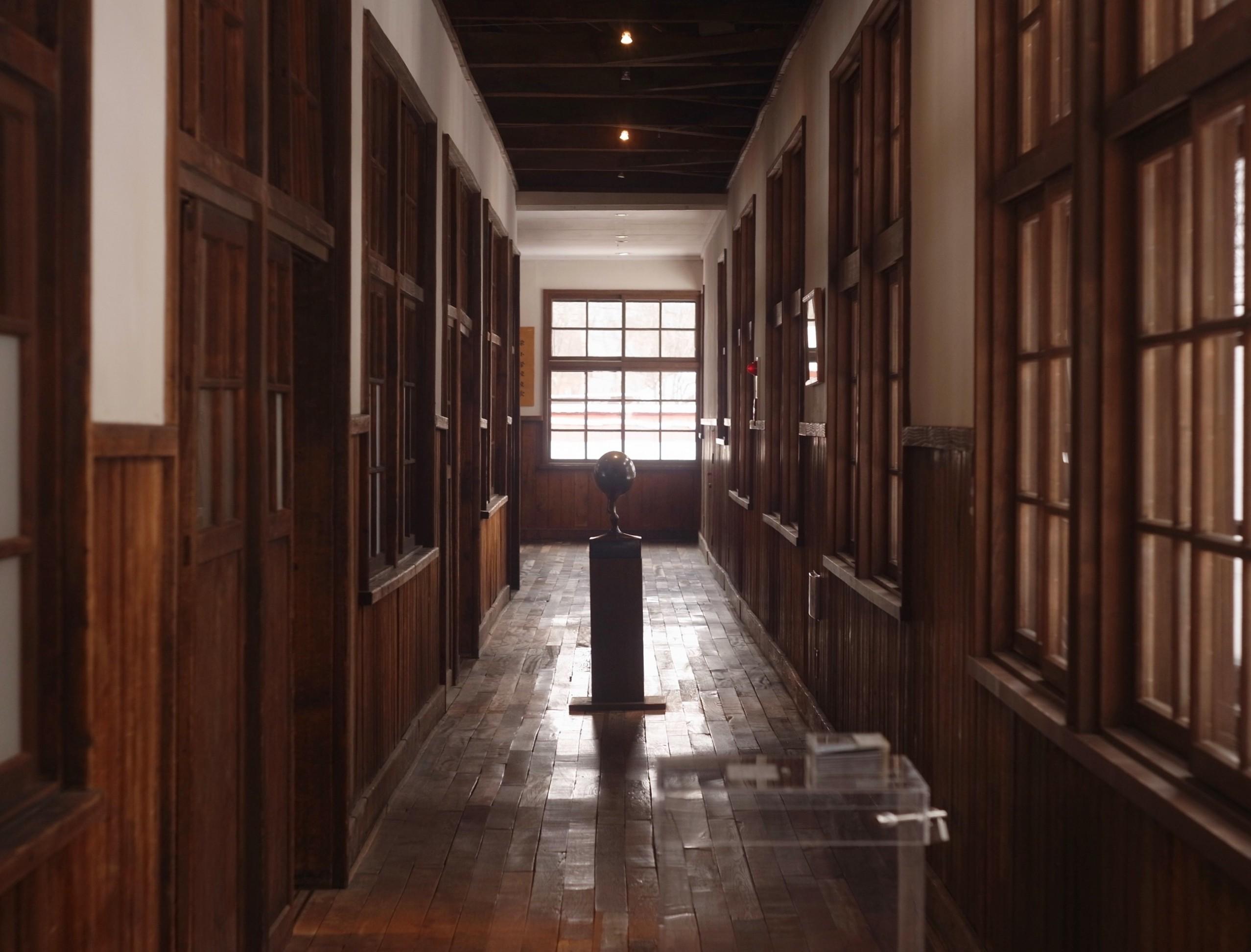 アルテピアッツァ美唄 安田侃作「めばえ」 旧美唄市立栄小学校の廃校校舎内ギャラリー