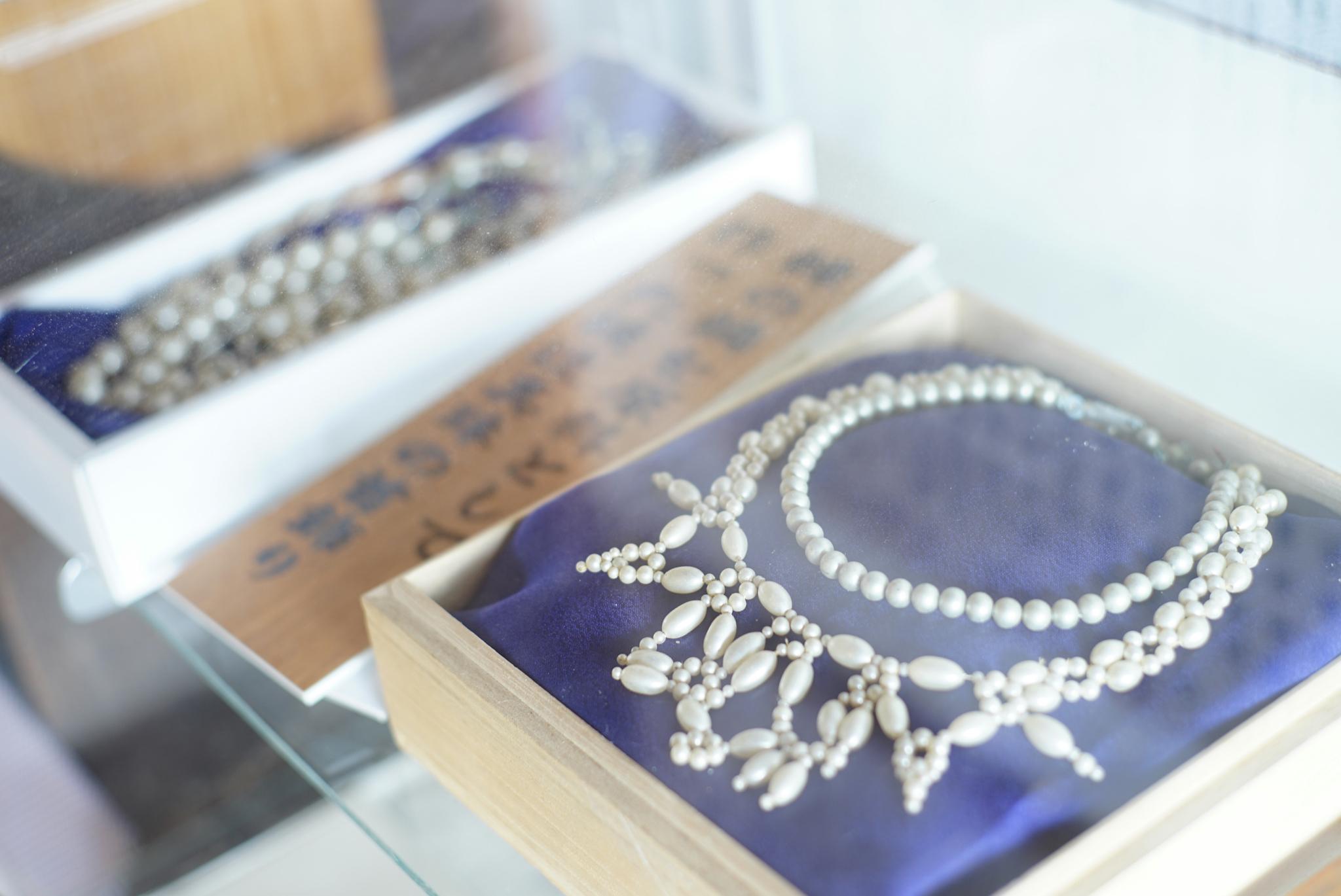 鰊の鱗を原料として作った模造真珠の首飾り