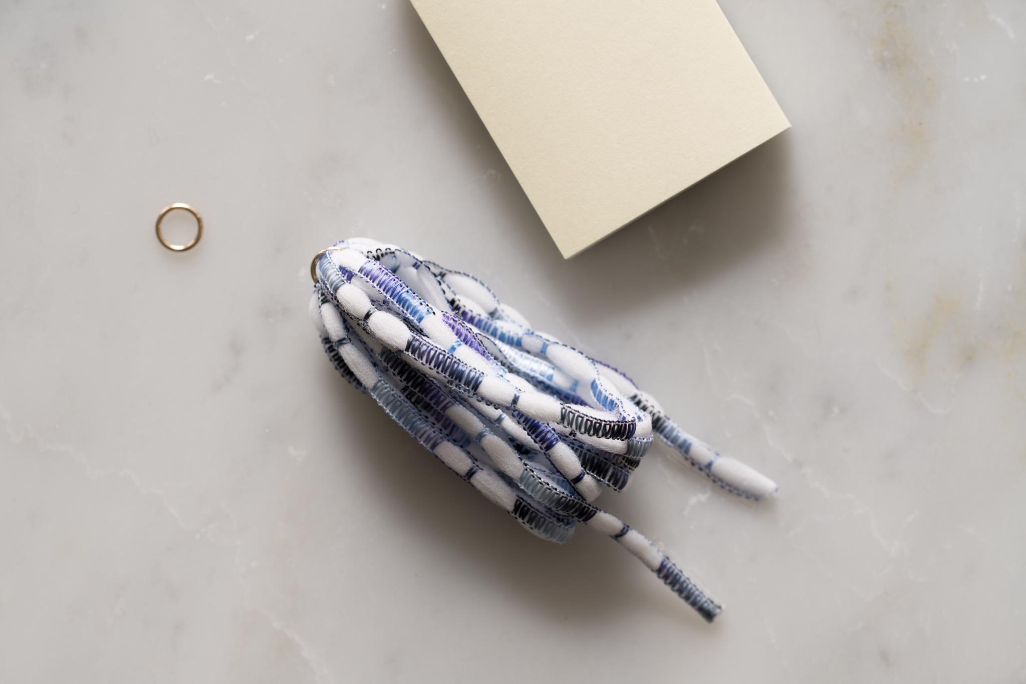 タッセルフリンジの作り方(4)-台紙から巻いた紐をスライドさせながら外します