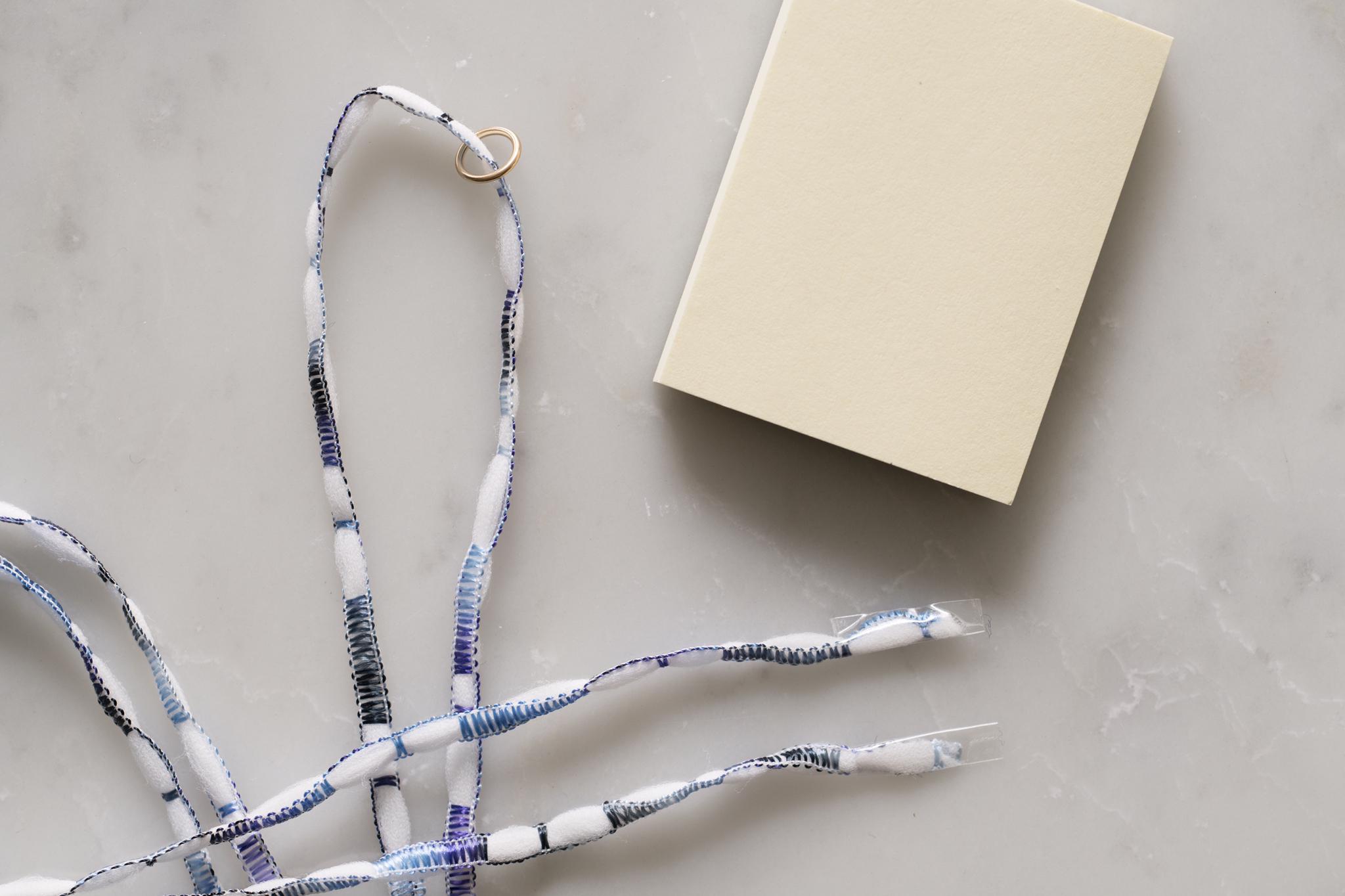 タッセルフリンジの作り方(1)-紐の両端にテープを巻いて丸カンを通します